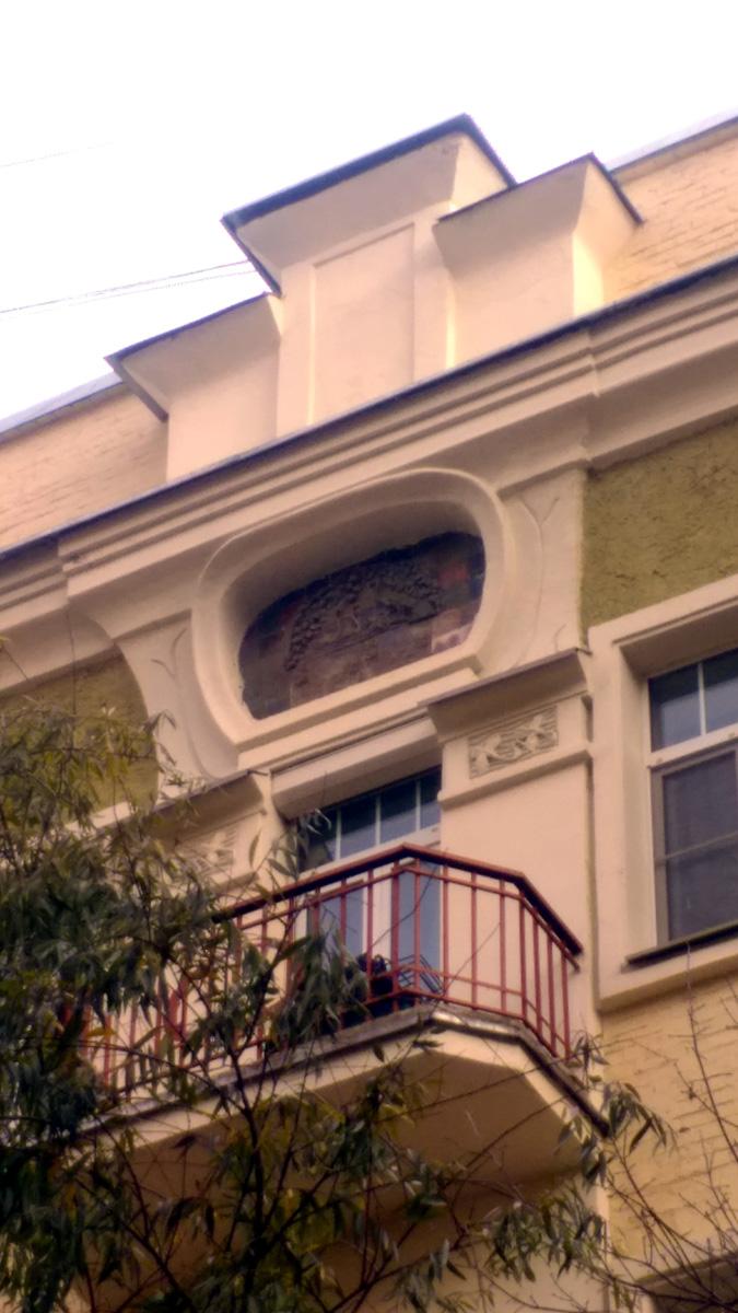 Дом примечателен тем, что полностью сохранил свою планировку и уникальный декор фасада. Помимо майоликовых вставок, его украшают барельефы с человеческими фигурами и ветвями растений. Огромные консоли необычной формы, которые поддерживают балконы, не имеют аналогов в Москве. Лестничные пролеты освещают большие окна с мелкой прямоугольной раскладкой, характерной для северного модерна