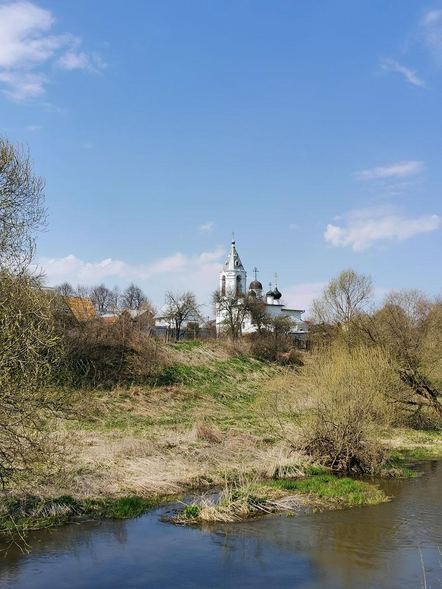 Вид с моста на Храм Воскресения Словущего в Битягове.
