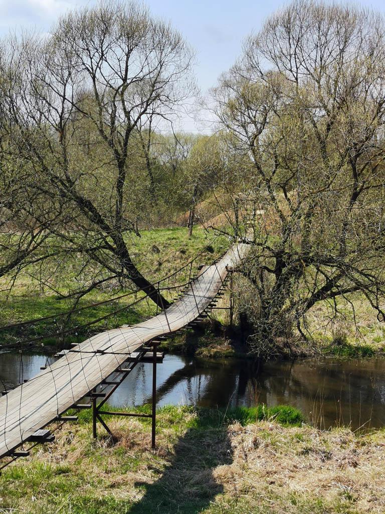 Снова на правом берегу. Снимаю сильно провисший мост и церковь...