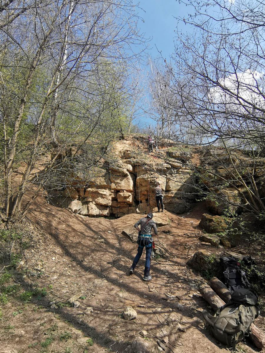 Скальные выходы известняка. Стена менее десяти метров, но место популярное у скалолазов.