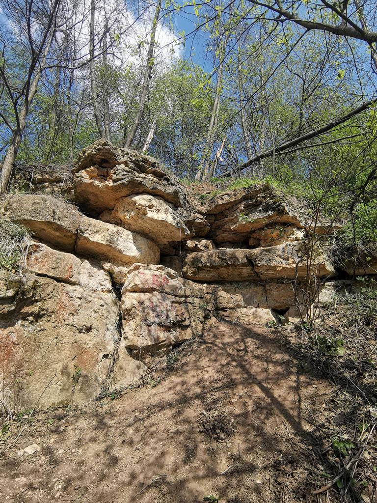 Рядом еще несколько каменных стенок поменьше