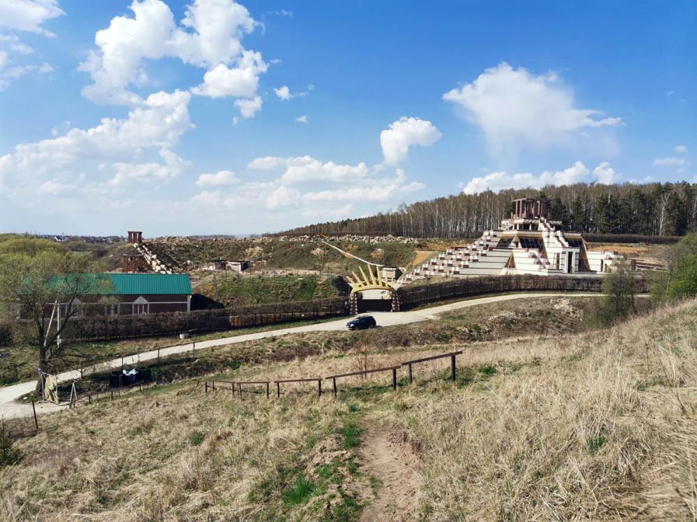 На месте бывшего Никитского карьера ныне частная территория и пирамида Майя.