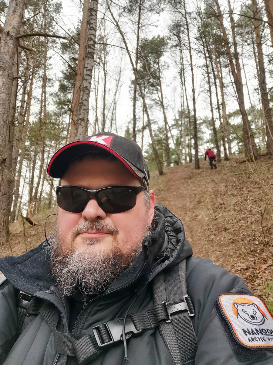 Выходной... или нерабочий день. Кто сейчас разберет! Вылазка на природу. На склоне карьера в лесу около Гальчино (Барыбино). Кстати, народу хоть и не много, но туристы и просто гуляющие на природе люди попадаются.
