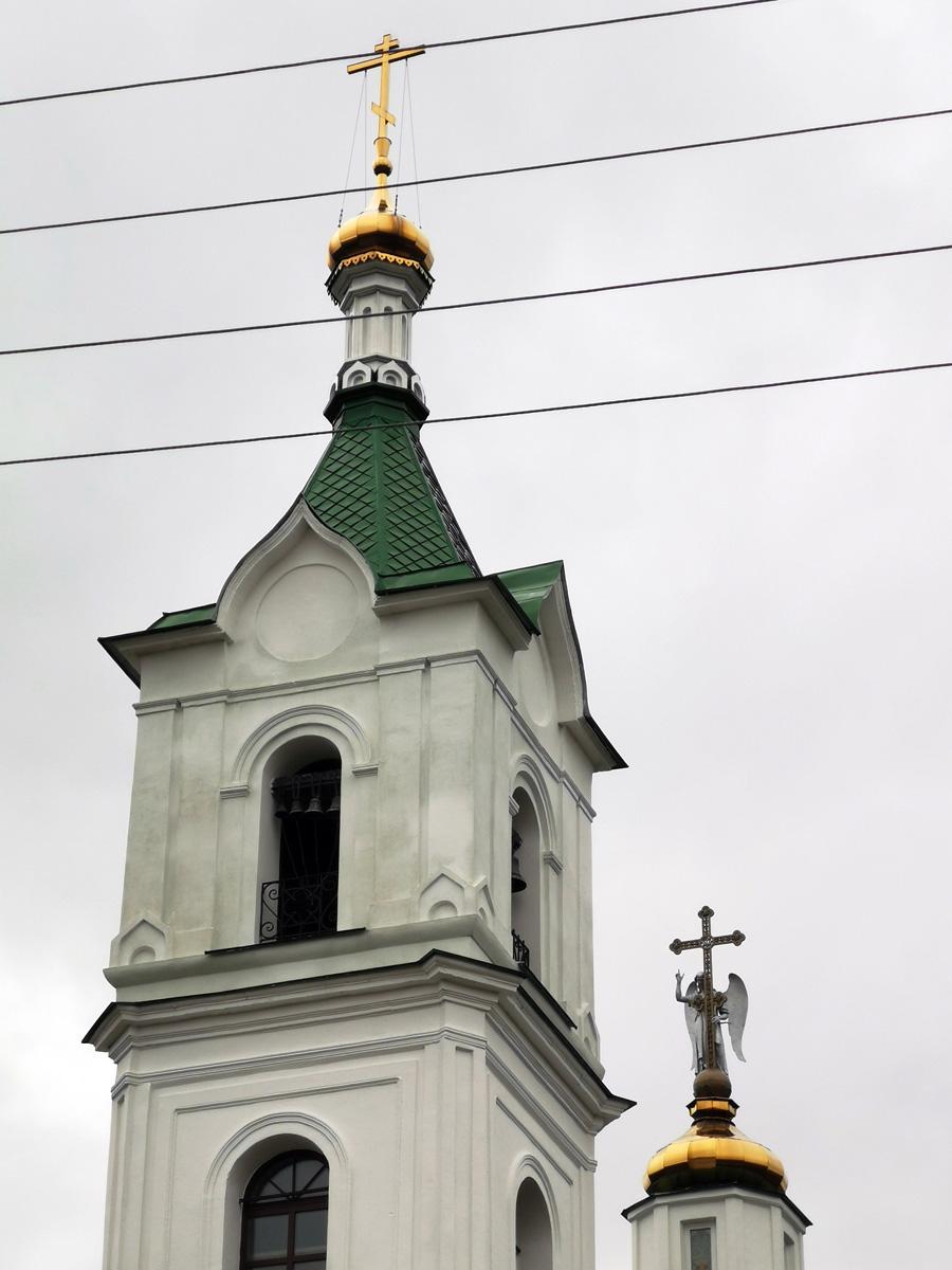 Особенность храма, 2,5-метровый ангел, держащий крест.