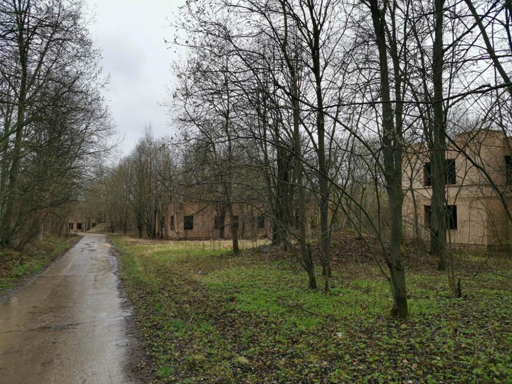 А рядом недостроенный и заброшенный комплекс зданий пионерского лагеря.