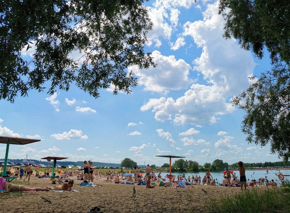 Вода достаточно теплая, дно отличное. Единственно, мутновато, что не удивительно при таком количестве купающихся. В общем, купальный сезон открыли!