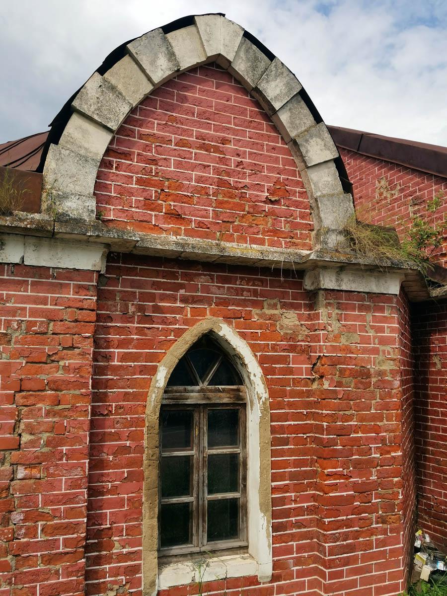 Окна и двери бывшей кузницы целы и закрыты...