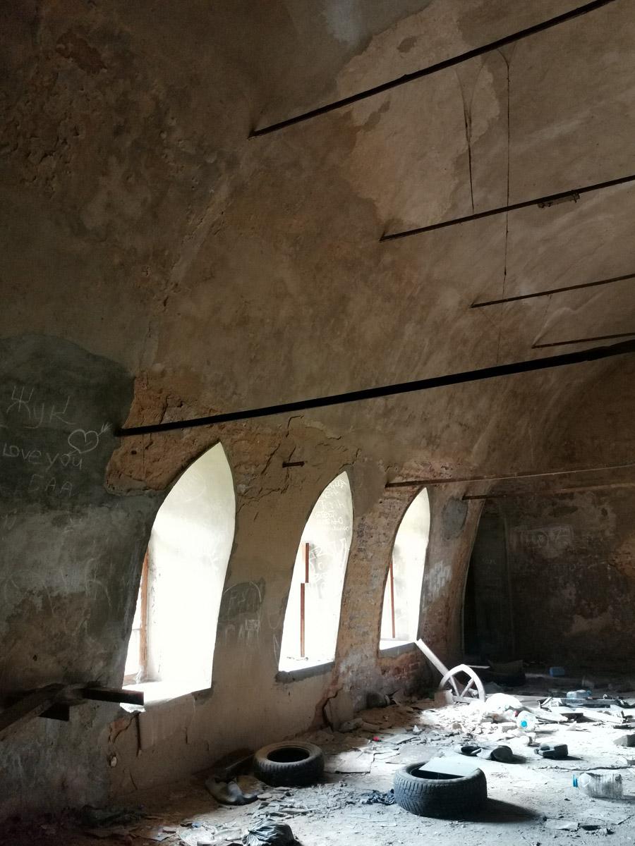 Готические окна и старые покрышки...