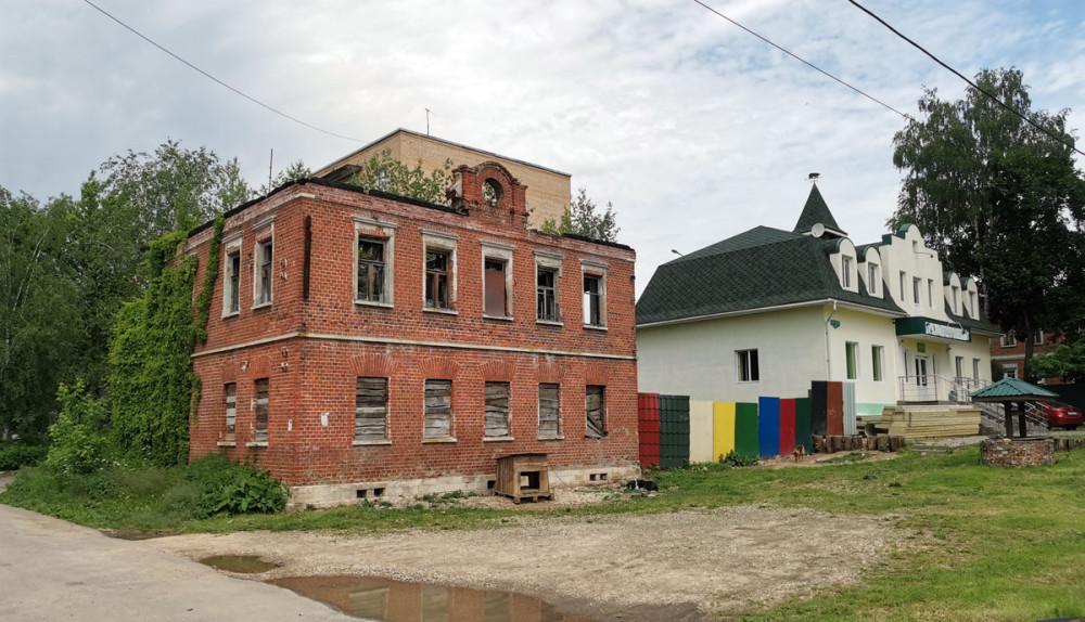 Продолжаем осмотр старинных построек. Про это здание информации не нашел...