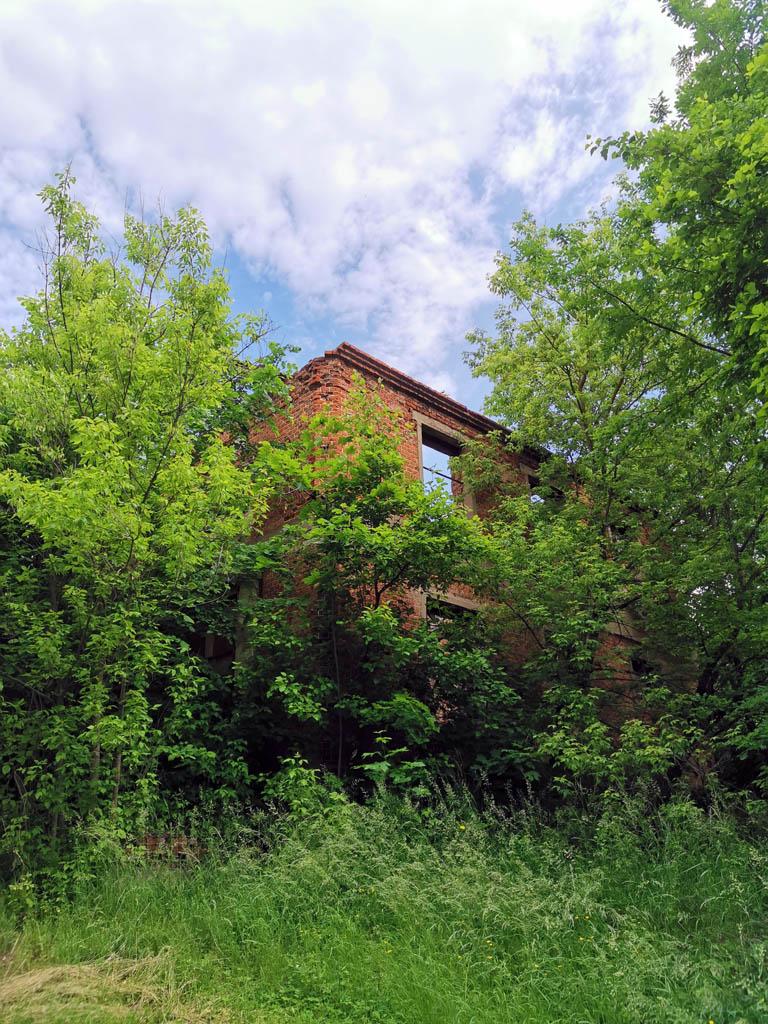 Использовалось как зернохранилище. В советское время здесь были школьные классы.