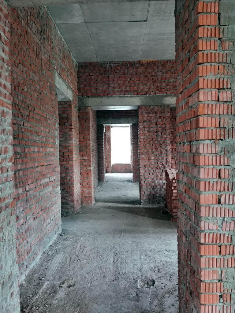 По этой фотографии и не скажешь, что она сделана в здании, которому больше 200лет. Более того, я не фотографировал, но дальше по коридору есть шахта лифта.