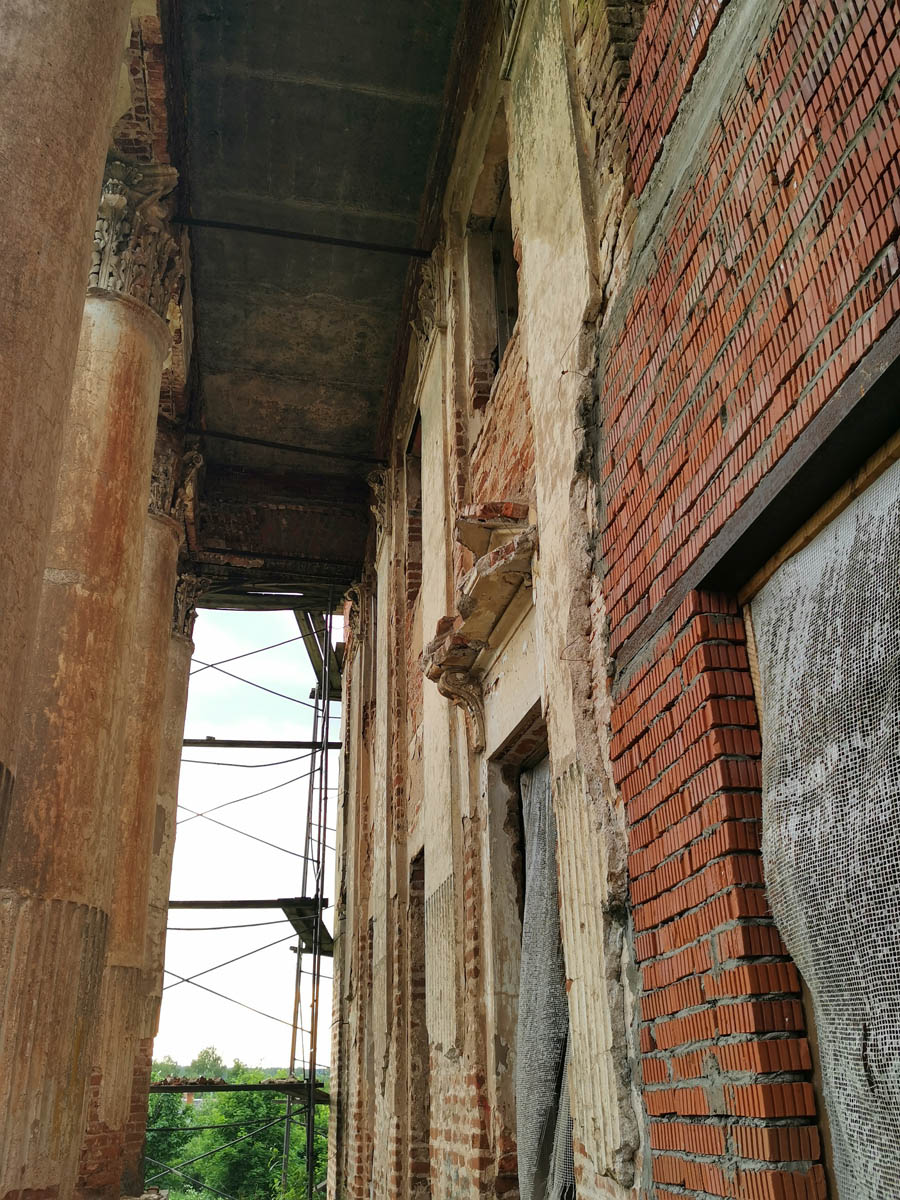 Над балконом тоже новые перекрытия. А по стене сочится вода.