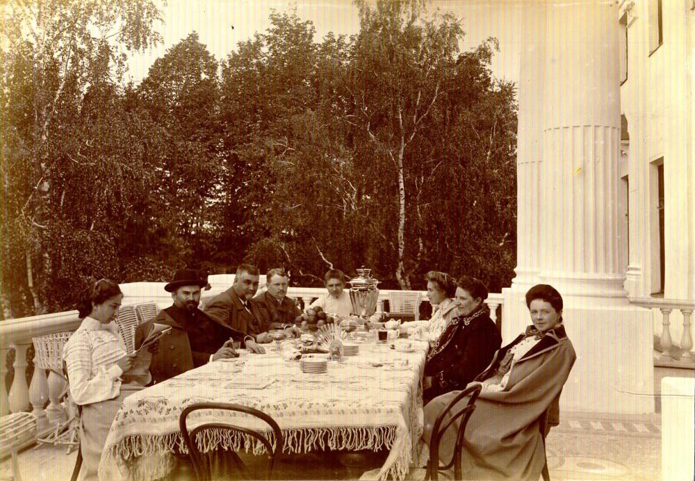 И они же на фотографии 1910-1915 года справа...