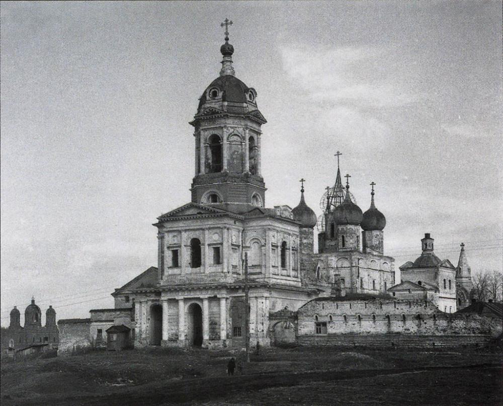 Фотография 1942-1950 года ( с сайта pastvu.com ) Колокольня и Трехсвятительская церковь