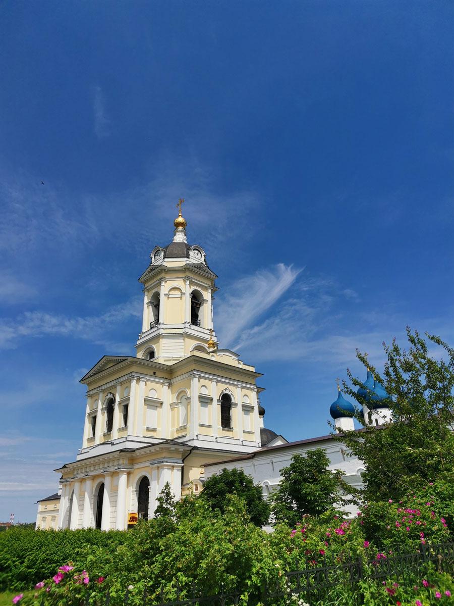 Колокольня и Трехсвятительская церковь на фоне синего неба прекрасна!