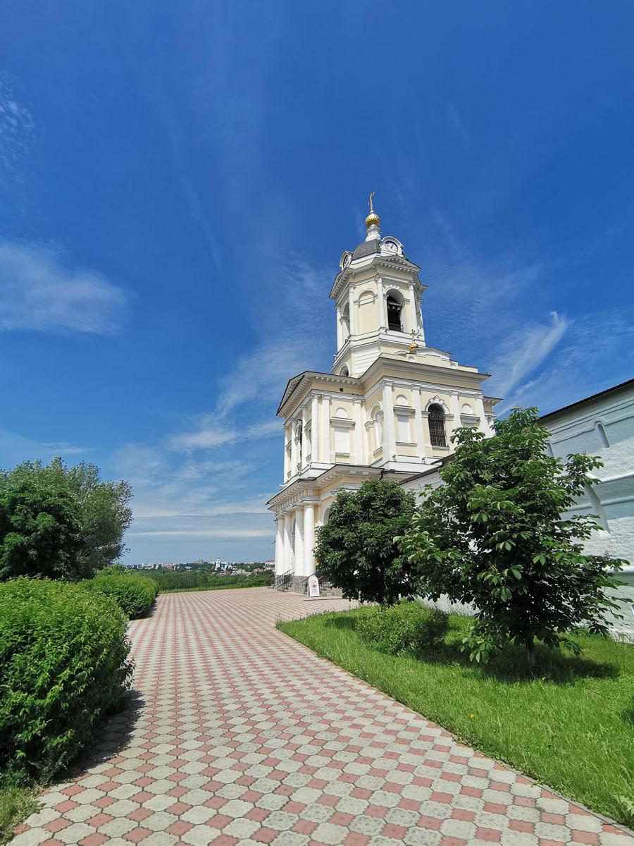 Наиболее значительным событием Высоцкой обители в XIX веке было строительство новой колокольни взамен старой 1624 года, которая пришла в ветхость и рухнула, к счастью, никого не задев.