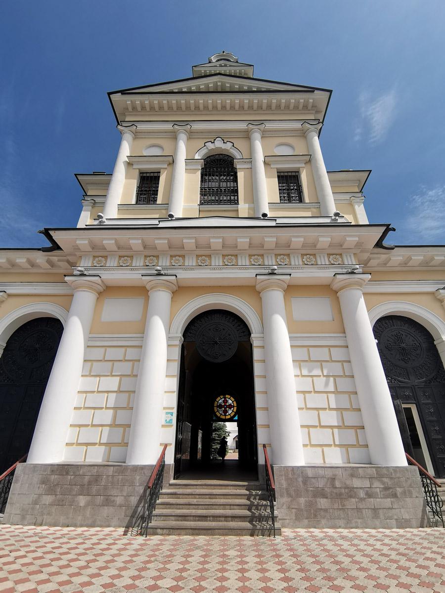 Проект нового сооружения был разработан архитектором Е. Г. Малютиным в 1831 году. В 1840 году строительство монументальной надвратной церкви-колокольни было завершено.