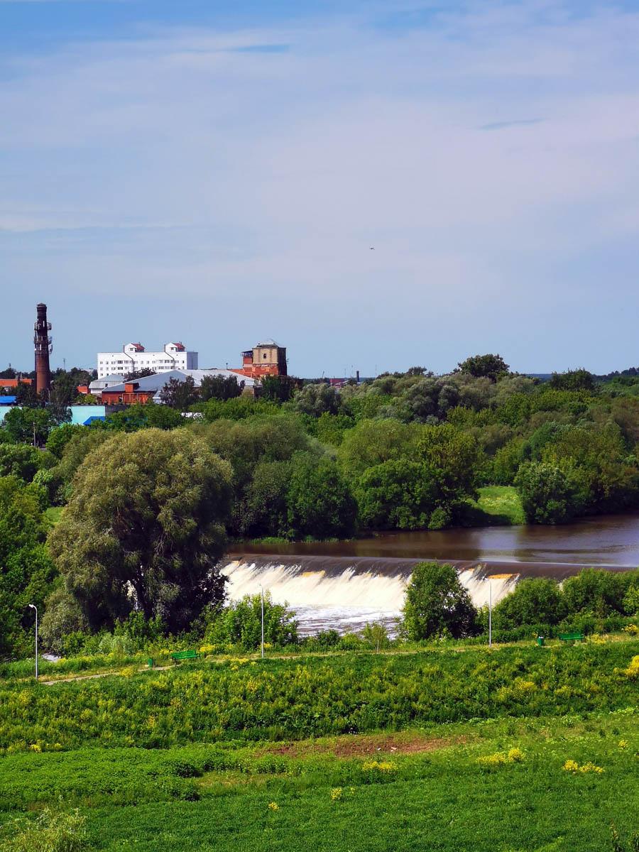 До смотровой площадки доносится шум падающей воды. В 1930 г. на реке Наре (близ Занарской фабрики) было спроектировано строительство цементно-бетонной плотины, были составлены и утверждены проекты и смета. В этом же году был выкопан водоотводный канал. Однако в 1931 г. строительство было заморожено. Плотину продолжили строить в 1959-1964 гг.