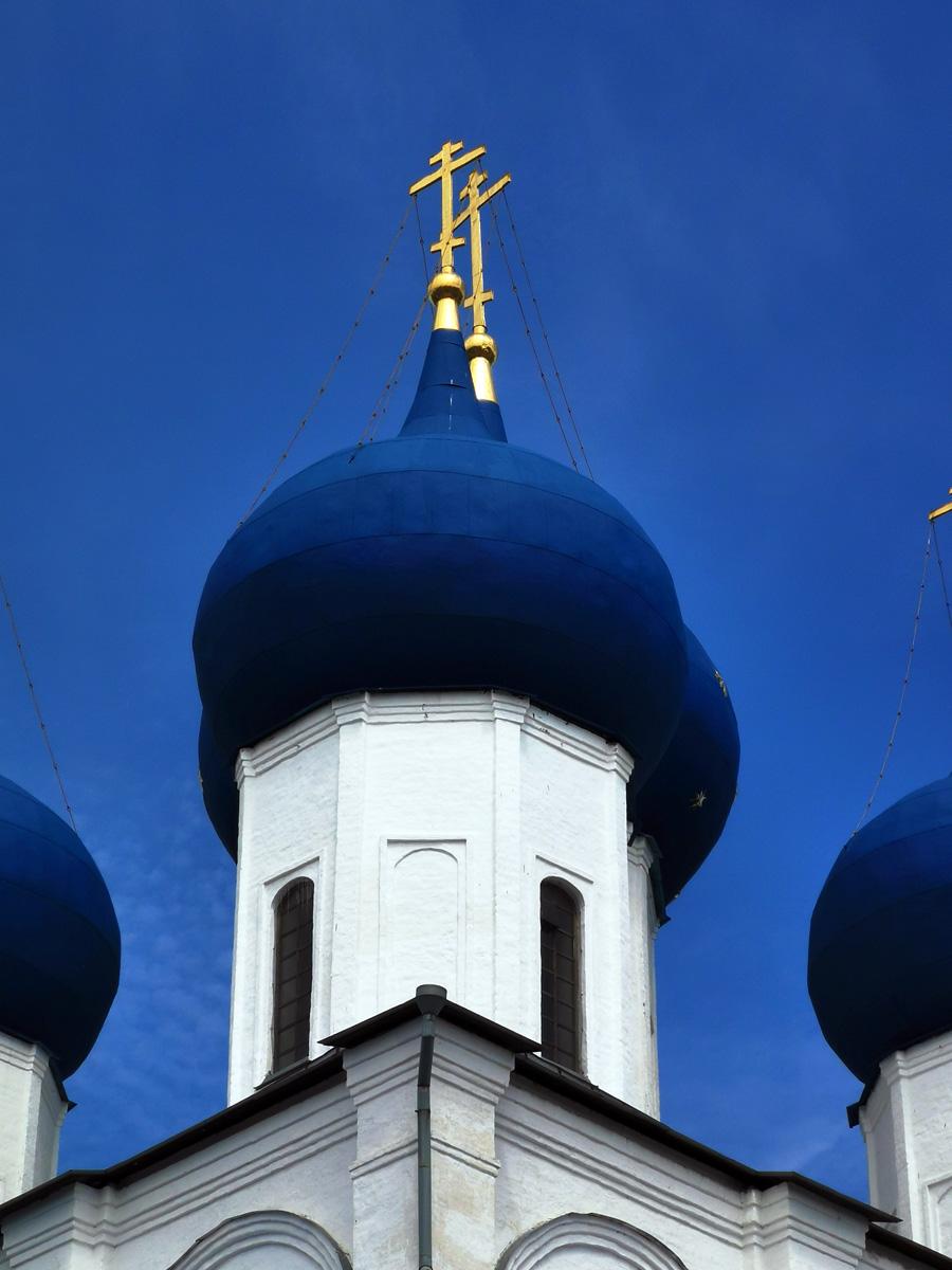 Синие купола на фоне синего неба...