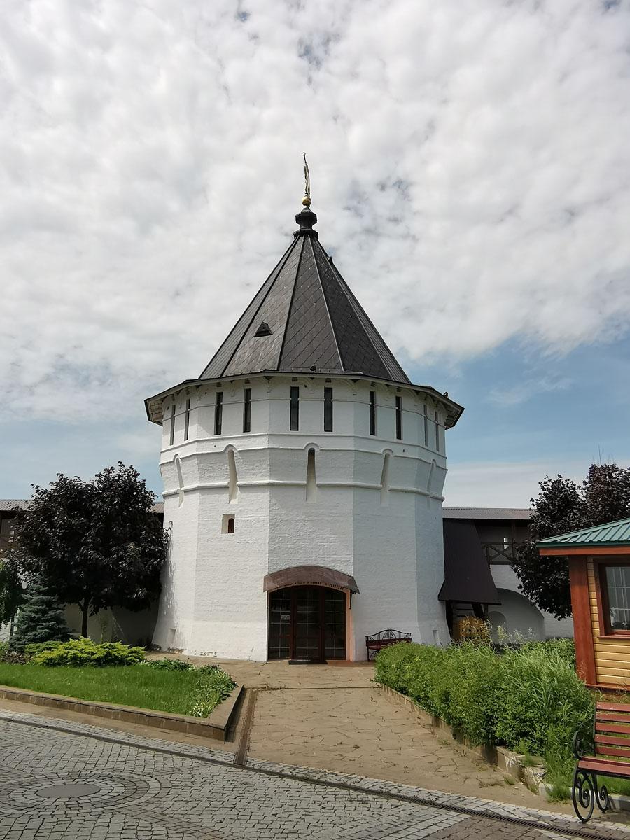 Надстенная охранная башня, сейчас в ней размещен магазин, церковная лавка.
