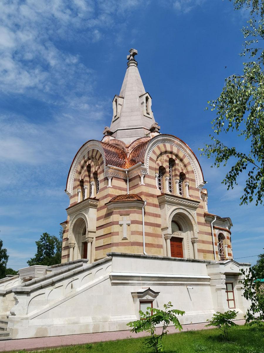 Очень красивый Храм в византийском стиле построен в 1896 году на средства Н. Н. Коншина.