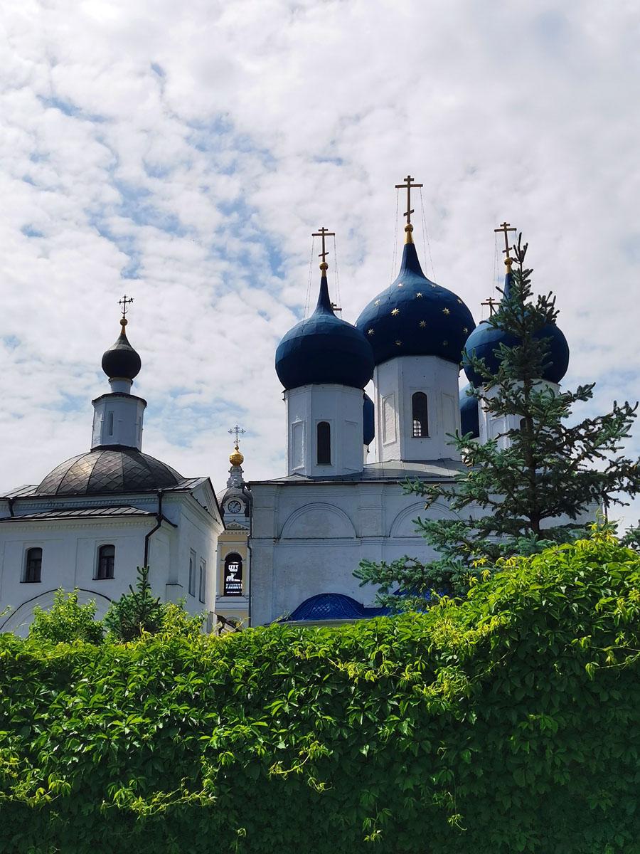 Слева с коричневой кровлей Храм святого Николая Чудотворца, его Алтарь расположен над местом, где преподобный Сергий Радонежский воздвигнул крест на основание монастыря.