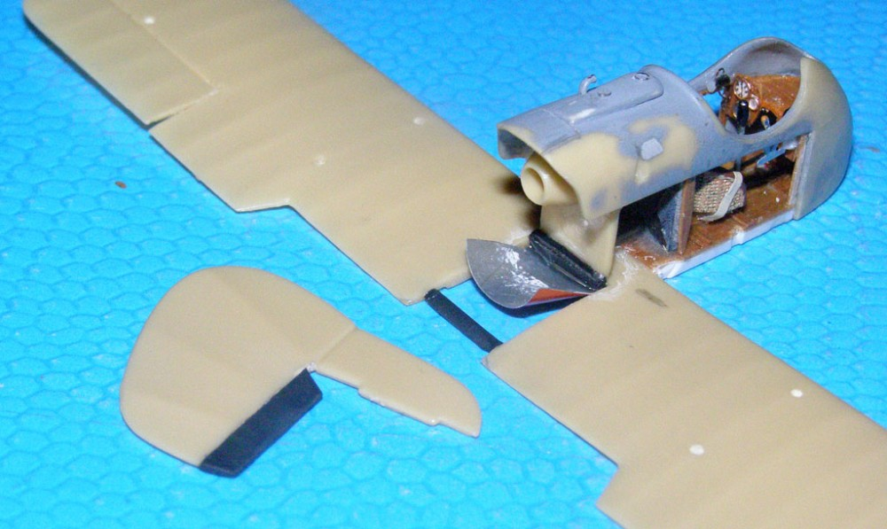 Из жести вырезал панель на нижнюю хвостовую часть гондолы. Нарастил на руле направления недостающий компенсатор.