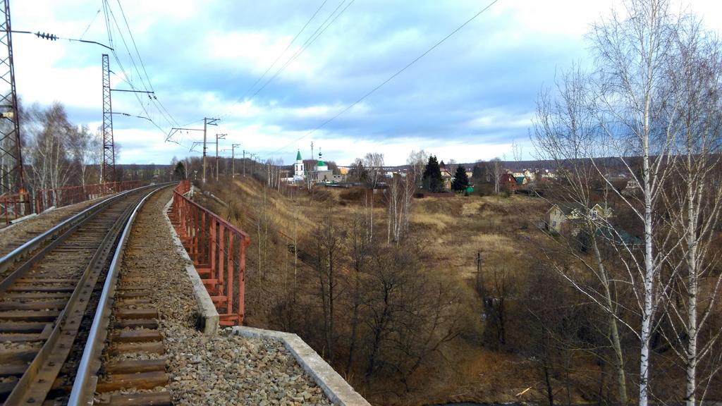 Вид с моста на деревню Верзилово.