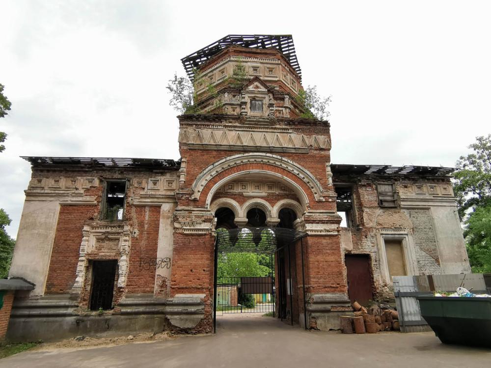 Колокольня с парадными воротами. Вход на Занарское кладбище.