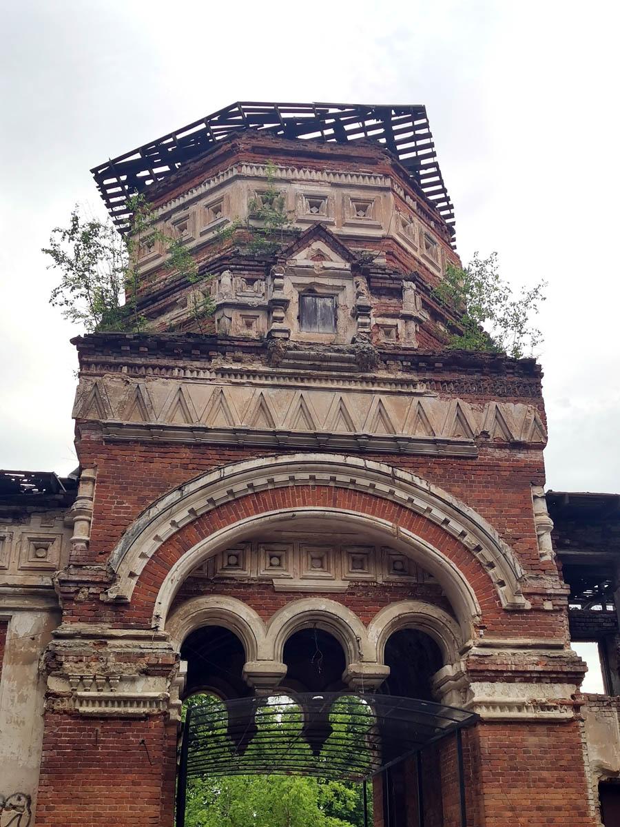 Верхний ярус утрачен в советское время. Временная крыша-навес также пришла в негодность. Над воротами смонтирован защитный навес из металлической сетки.