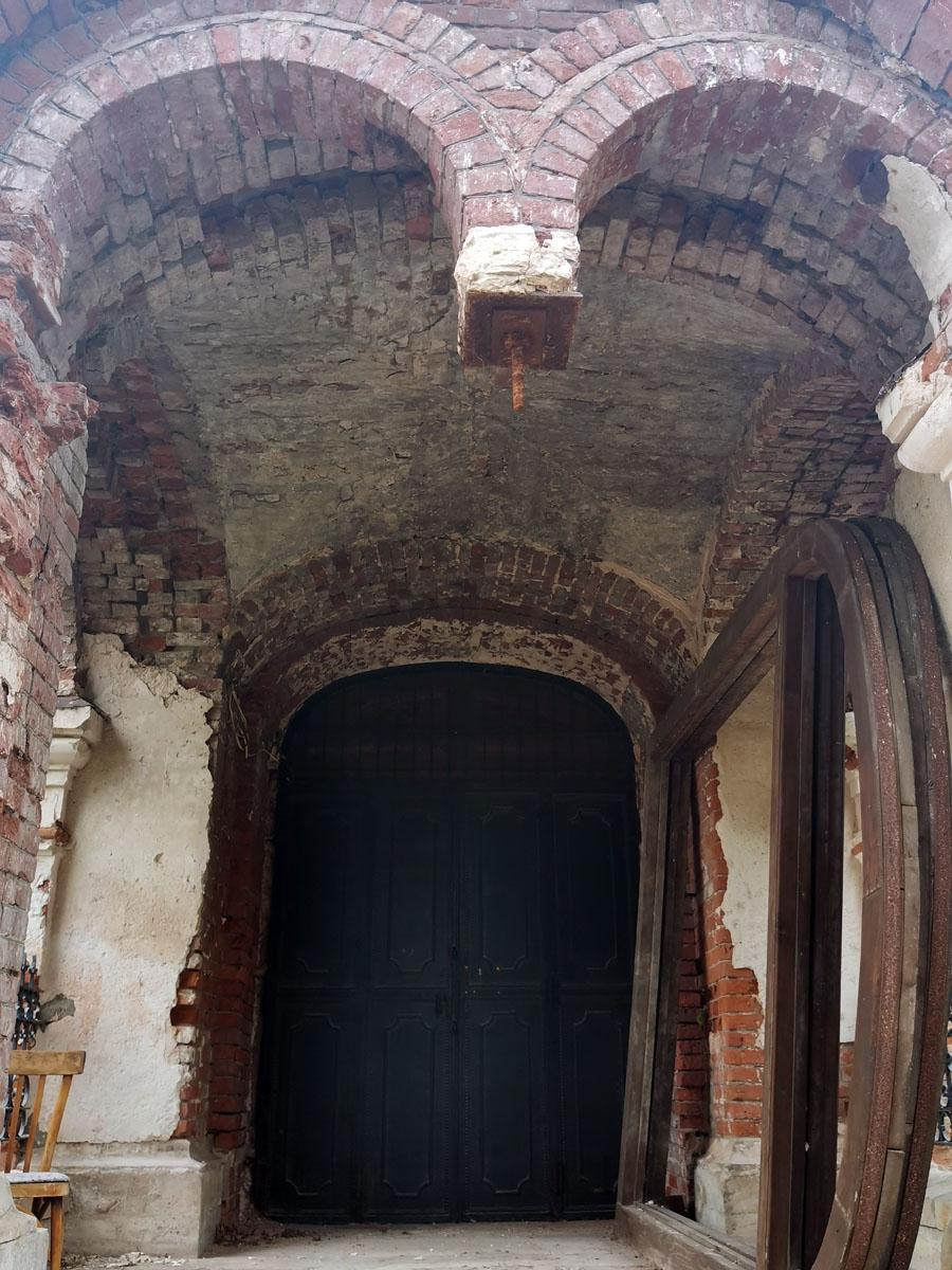 Новые двери храма, рама дверей справа и отсутствует Гирька на арке.