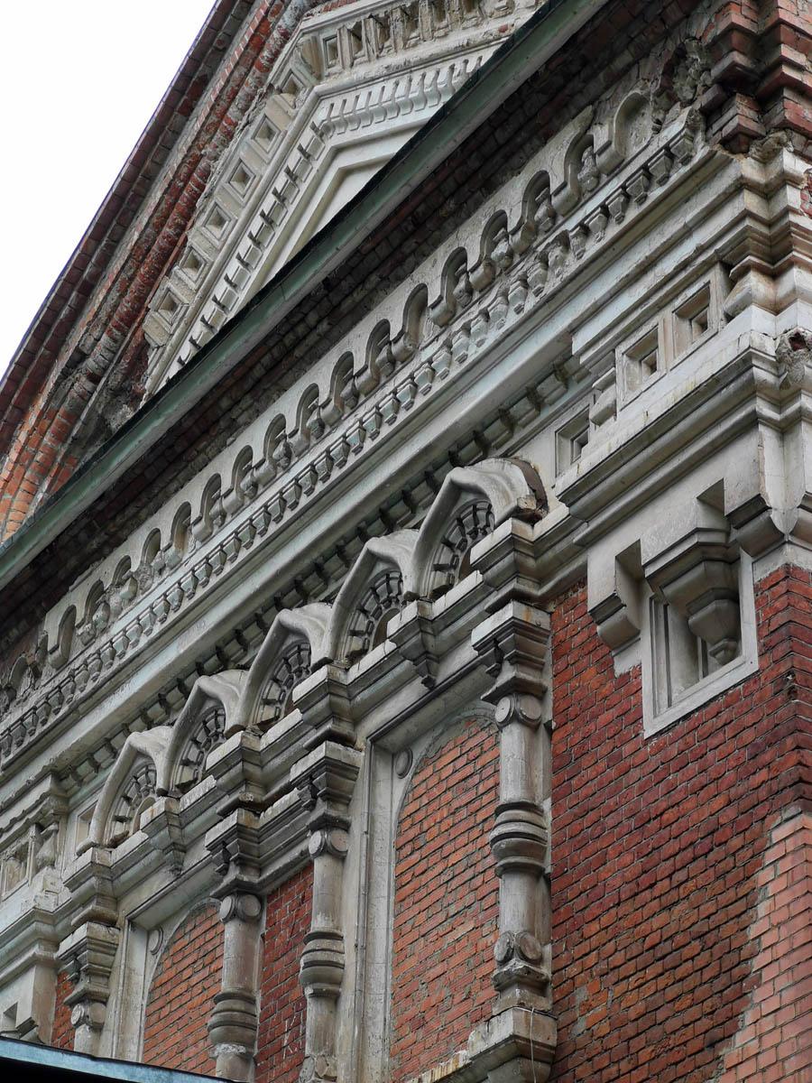 На северном фасаде отлично сохранилась лепнина.