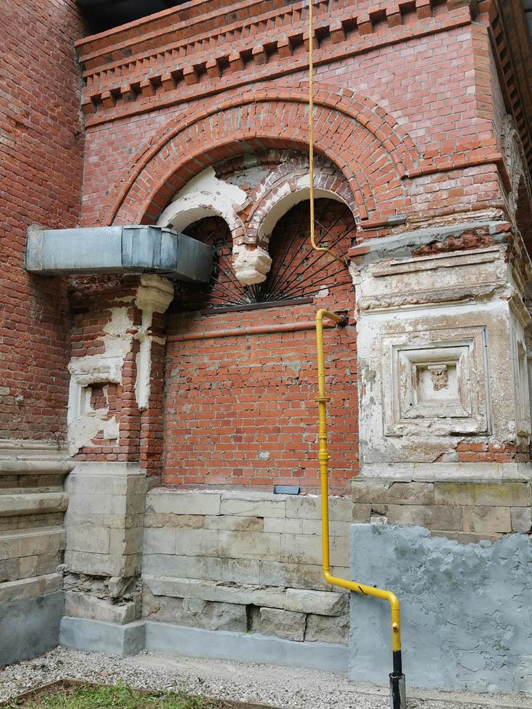 В ходе ремонта было проведено газовое отопление, водопровод и электричество.