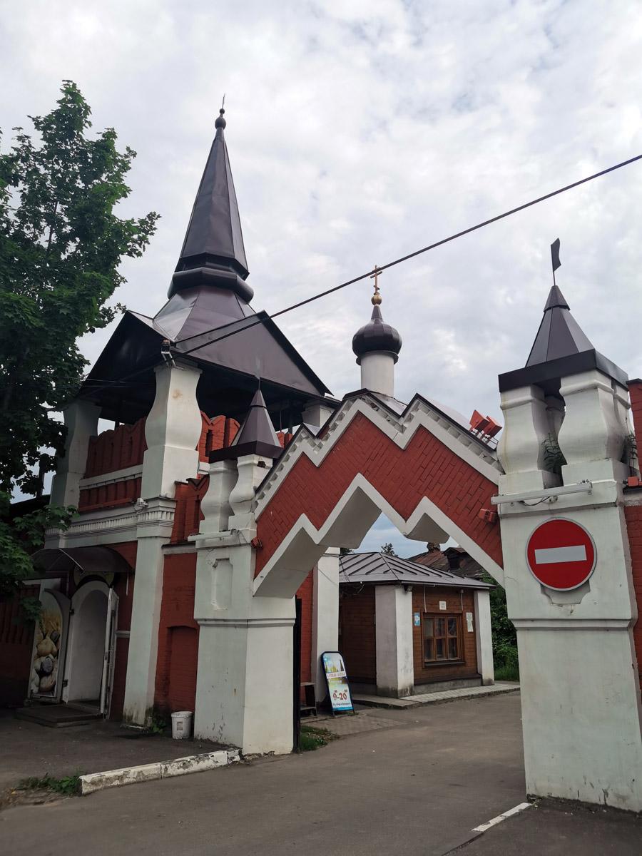 """Ворота внешнего периметра. В первый момент мне они показались стилизованной эмблемой московского метрополитена и по цветовому решению и по форме. Но разумеется, они гораздо старше метро. Кстати, между московским метро и городом Серпухов есть нечто большее, чем это сходство.  Это станция метрополитена """"Серпуховская"""", в отделке которой использован камень стен Серпуховского кремля."""
