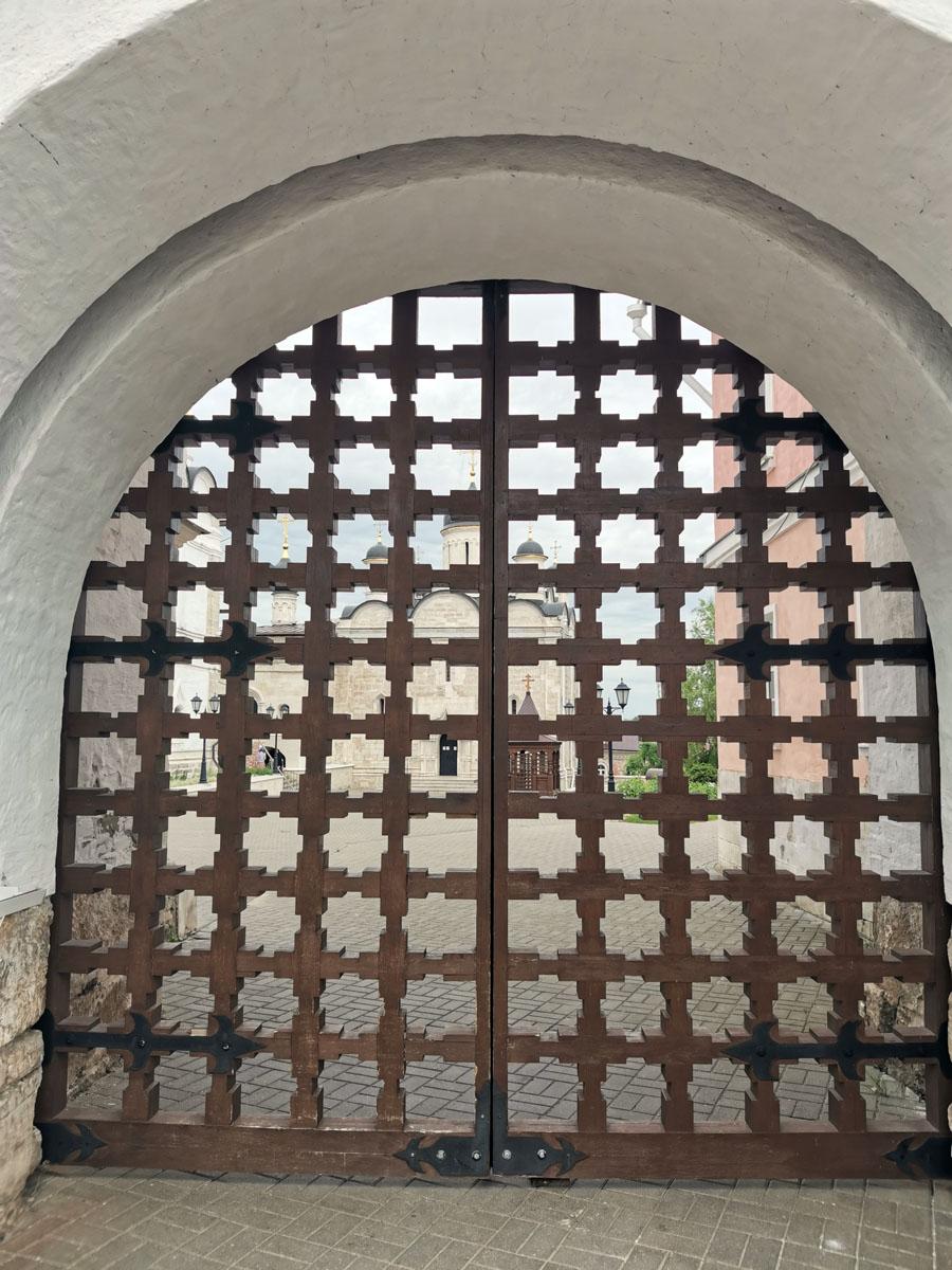 Ворота закрыты...