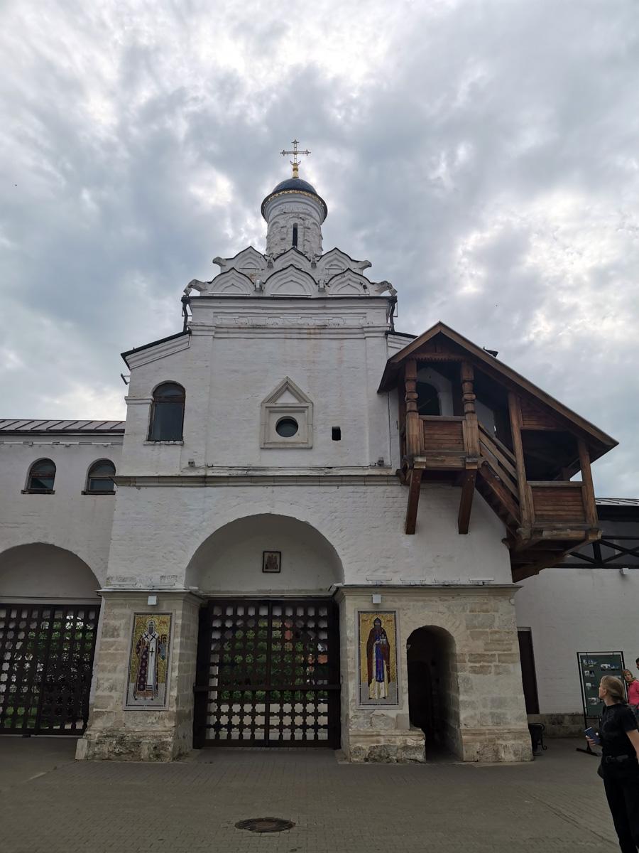 А это уже вид с внутренней части монастыря на Святые двойные ворота монастыря. Справа арка через которую мы вошли.