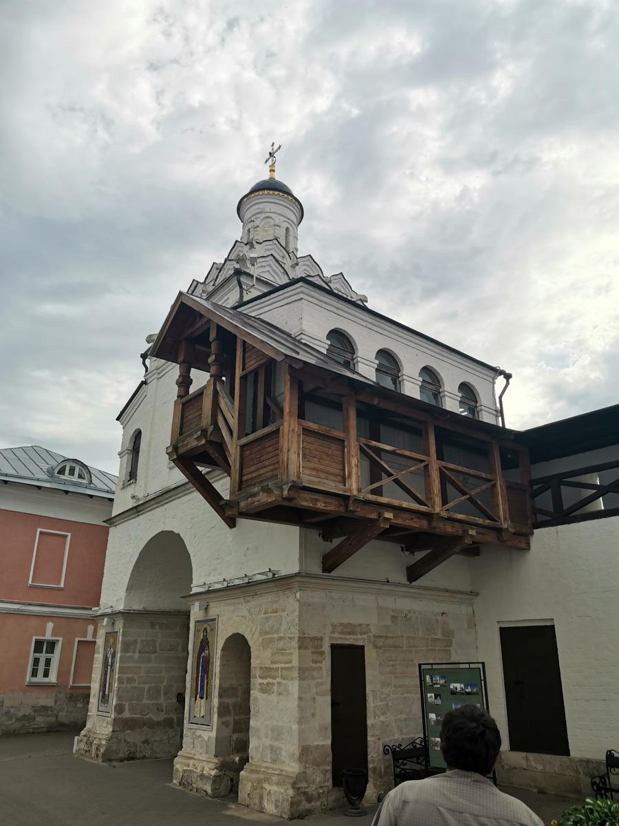 Церковь над западными Святыми воротами монастыря. Одноглавый храм, окруженный папертями, выстроенный в 1599 на средства Б. Ф. Годунова. Первоначально Феодотиевская, в 1834 сильно перестроена в стиле классицизма и переосвящена в Спасскую, служила приходской.