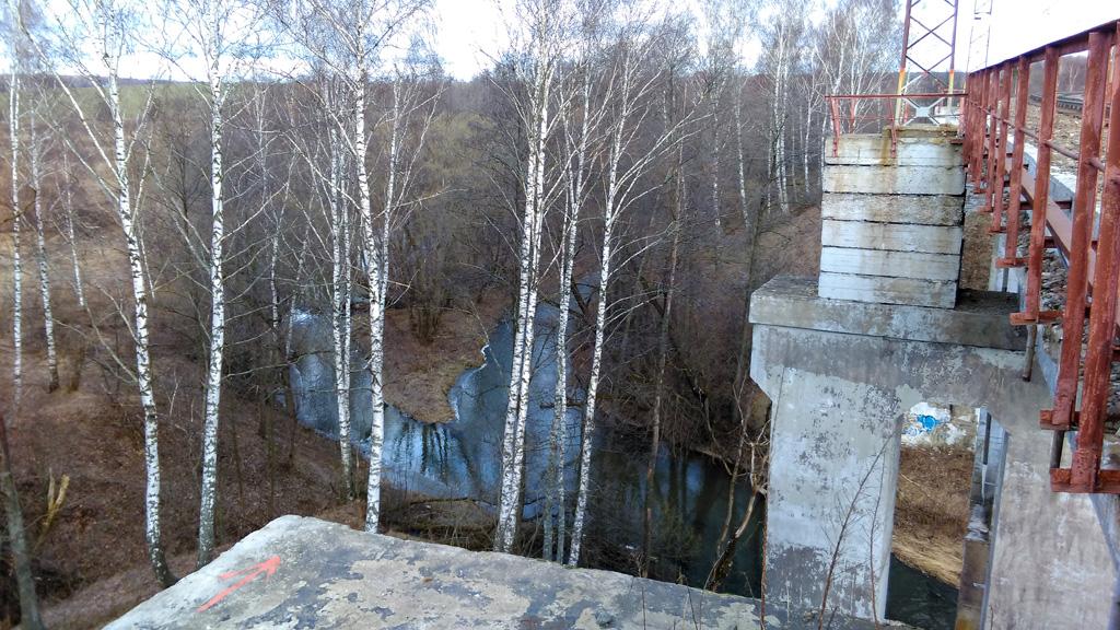 Интересная конструкция моста и вид на реку.