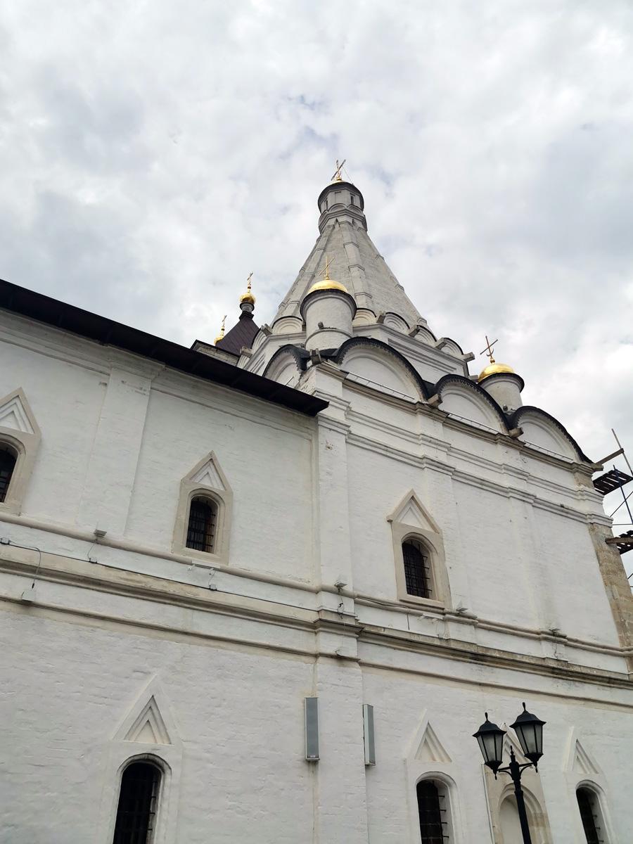 Храм во имя великомученика Георгия Победоносца при монастырской трапезной. Двухэтажное здание с шатровой церковью возвели в 1599 году, с севера к ней пристроена звонница.