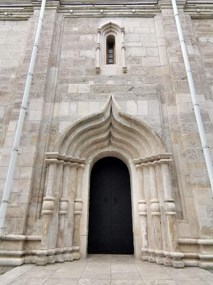 Входы в собор украшены перспективным порталом. Очень торжественно и красиво!