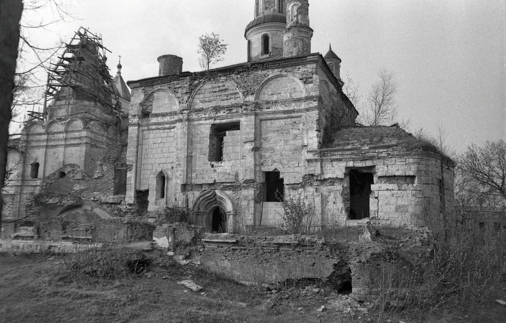 А так Храм Георгия Победоносца и Собор Введения Пресвятой Богородицы выглядели 1983 году. (Фотография с сайта pastvu.com) Реставраторы проделали огромную работу.