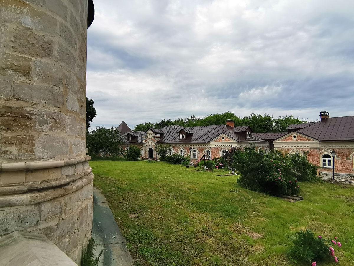 Вид от Собора на остатки погоста, хозяйственные и жилые постройки восточной части монастыря. Очень ухожено и уютно.