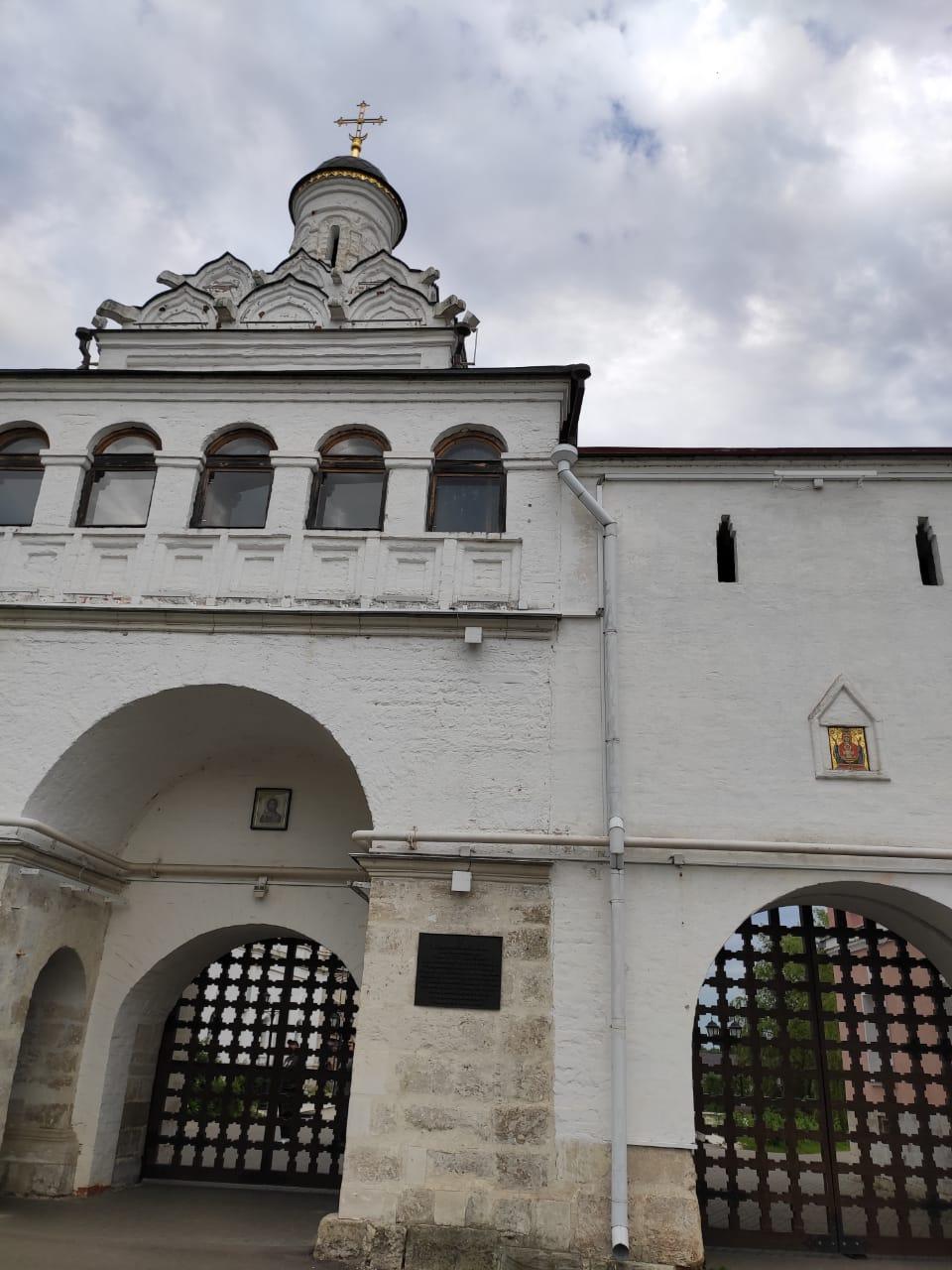 Святые ворота и Надвратный храм Феодота Анкирского во Владычном монастыре, построенная игуменом Вассианом в конце XVI в. во имя священномученика Феодотия Анкирского.