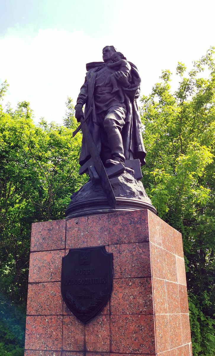 Уменьшенная копия знаменитого памятника в берлинском Трептов-парке. Этот бронзовый макет был отлит Вучетичем и использовался при работе в Трептов-парке, а затем, в 1964 году перевезен из Берлина в Серпухов. Первоначально стоял возле больницы, в 2009 году установлен здесь.