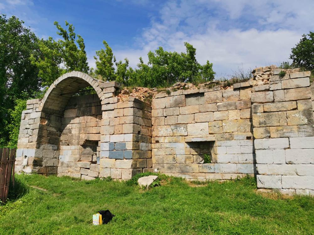 Один из сохранившихся фрагментов крепостной стены.