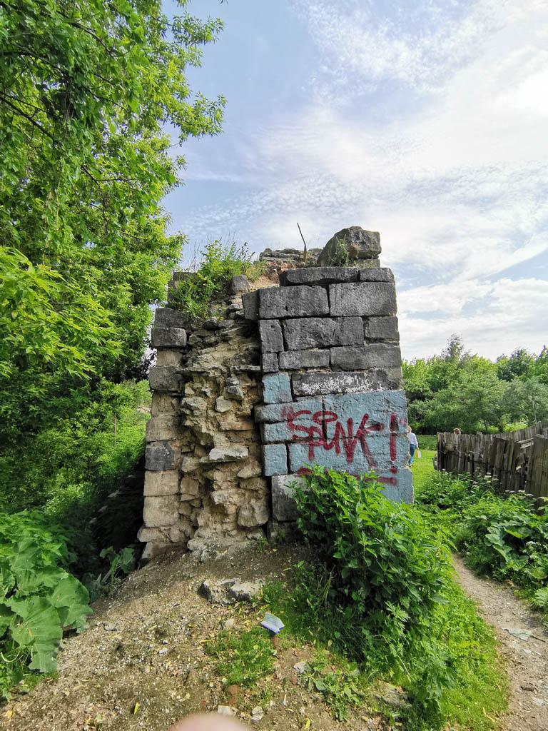 """Хорошо видно """"в разрезе"""", как строилась стена. Подогнанные прямоугольные камни снаружи и необработанные более мелкие камни внутри."""