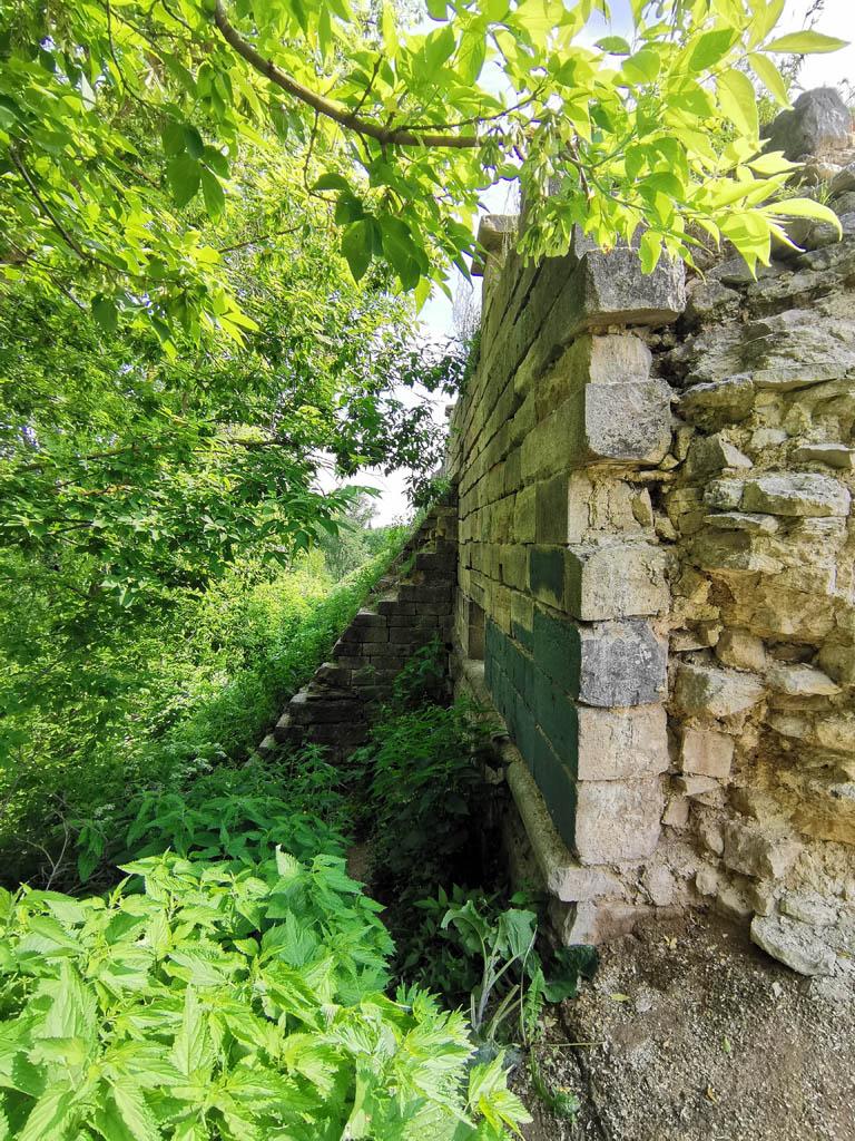 Что бы стена не рухнула с холма в 19 веке возвели дополнительные подпорки - контрфорсы.