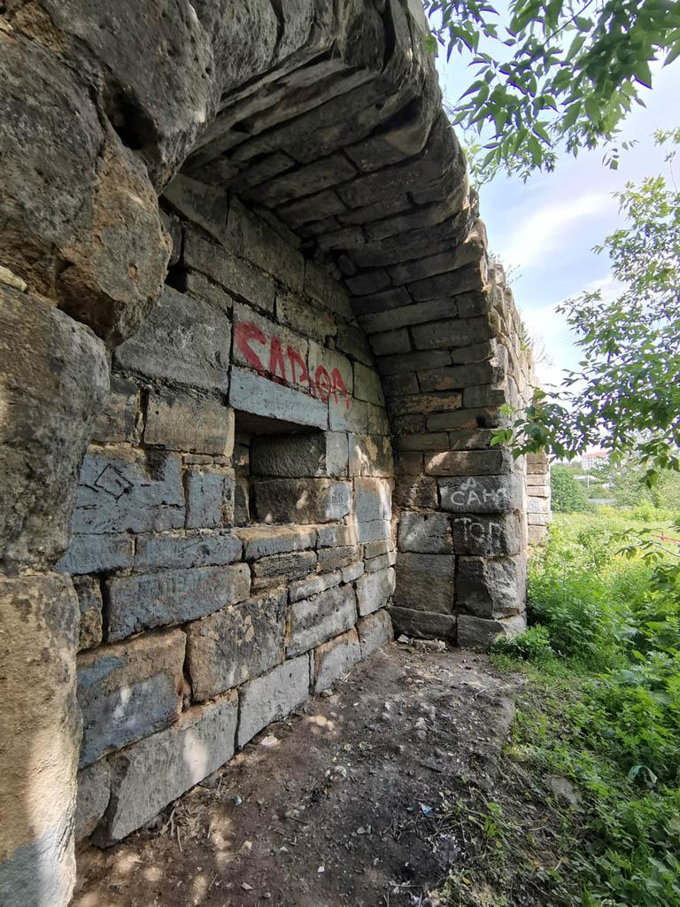 Здесь печуры - ниши с арками, где располагались амбразуры для артиллерии. сохранились лучше.