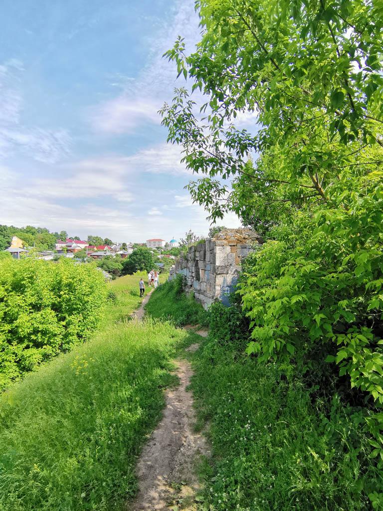 А мы продолжаем идти вдоль склона холма, где раньше стояли стены Кремля...