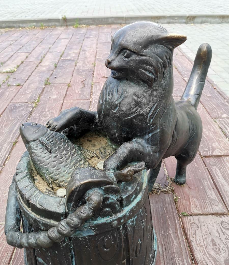 """Симпатичный котейка, один из персонажей скульптурной композиции """"Рыбаки"""", установленной в сквере рядом с Соборной горой и рекой Нара."""